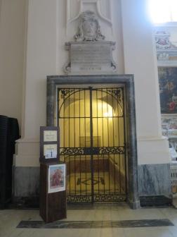 Pintu masuk menuju ruang bawah tanah