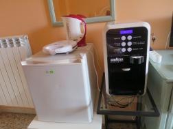 Mesin kopi dan mini fridge
