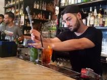 Sang Bartender meracik minuman kami