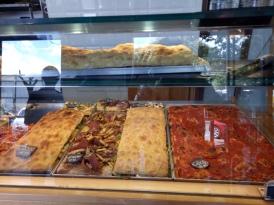 Pizza al taglio yang bermacam-macam jenisnya