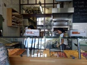 Setelah memilih pizza, pizza akan ditimbang di mesin timbangan seperti di foto