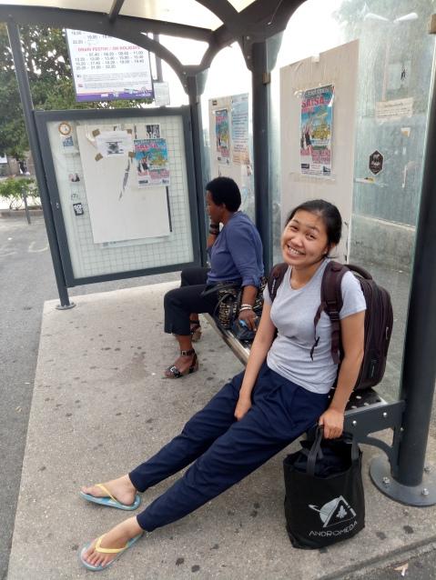 Si nyonya kecapean menunggu bis