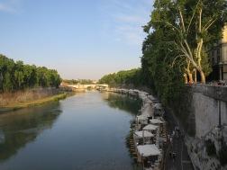 Freni en Frezioni terletak tak jauh dari jembatan Ponte Sisto yang terbentang diatas Sungai Tiber