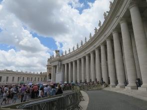 Antrian masuk ke Basilica St Peter