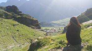 Duduk santai menikmati pemandangan indah kota Kazbegi