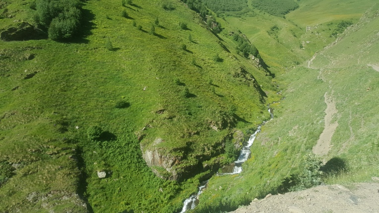 Sungai di tepi jalur trekking
