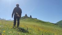 Pemandangan indah Gergeti di Musim panas
