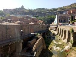 Kawasan Abanotubani dan Narikala Fortress di belakangnya
