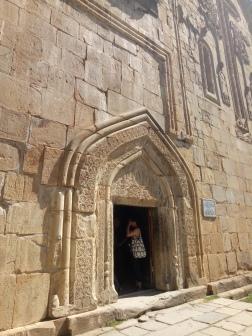 Pintu masuk gereja yang rendah