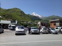 Pusat Kota Kazbegi dan beberapa taxi yang siap mengantar ke Tbilisi