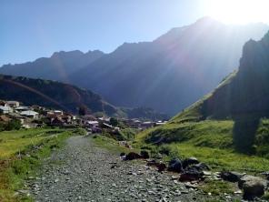 Jalan menanjak dari Kazbegi