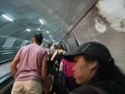 Eskalator yang ramai dan tinggi