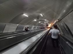 Lihat betapa dalamnya eskalator di stasiun Metro Tbilisi ini