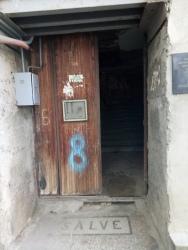 Pintu gerbang apartemen Temo