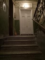 Dibalik pintu tersebut ada apartemen yang keren