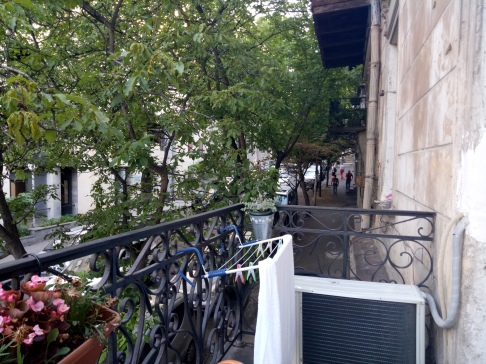 Balkon yang menghadap jalan