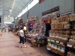 Berbagai kios dengan makanan kering dan oleh-oleh tersedia disini