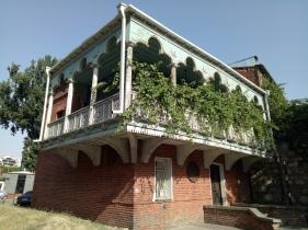 Salah satu bangunan tradisional Georgia yang masih bertahan