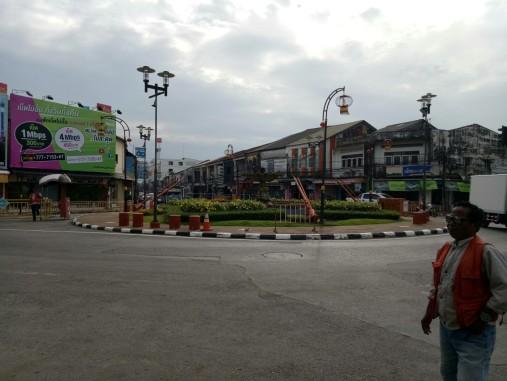 Tempat kami turun dari Songtheaw Biru dan menunggu Songtheaw Pink