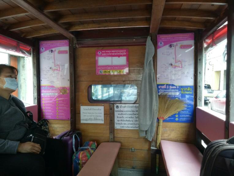 Rute dan ongkos tertera di dalam bis
