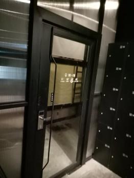Pintu dengan kunci elektronik