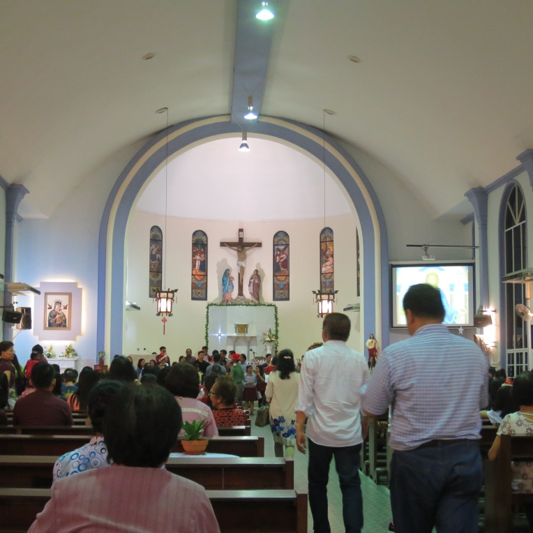 Misa Malam Natal di Church of Our Lady of Sorrow