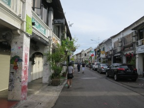 Love Lane, jalan yang kini ramai dengan penginapan dan cafe ini dulunya merupakan tempat orang kaya penang menyembunyikan wanita simpanannya