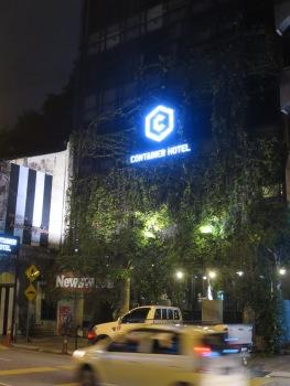 Container Hotel yang tampak seperti diselimuti sulur pohon