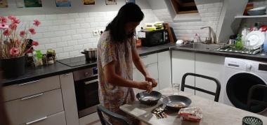 Si Nyonya menyiapkan makan malam