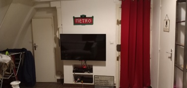 lengkap dengan TV dan sofa yang nyaman