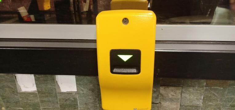 Mesin Validasi, setiap kali membeli tiket satuan, kita wajib memvalidasi tiket dengan mesin ini