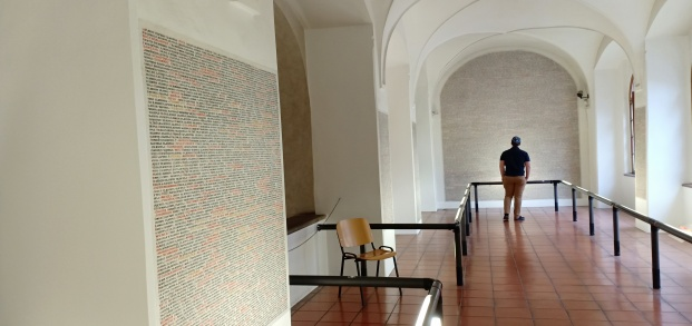 Ruang Sinagoga yang bertuliskan nama para penduduk Yahudi yang tewas akibat penindasan NAZI