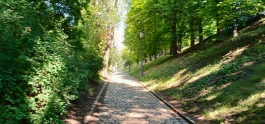 Taman rindang dan nyaman untuk jalan-jalan pagi