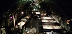 ruang bawah tanah yang mengingatkan pada zaman raja-raja dan ksatria