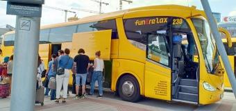 Penumpang bersiap naik ke bis