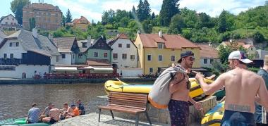 Para petualang siap mengarungi sungai