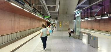 Peron tempat menunggu metro