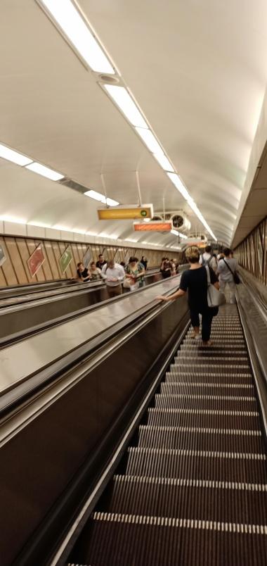 eskalator menuju metro, di ujung sana terdapat petugas yang sigap memeriksa tiket