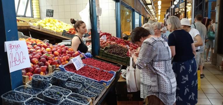 Pembeli dan Penjual buah di pasar