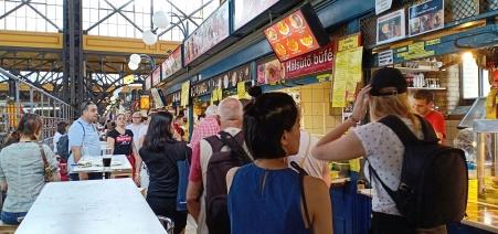 Bagian favorit saya di pasar, kios makanan