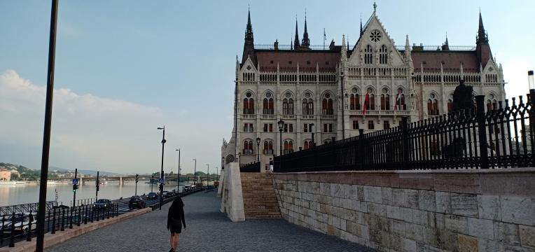 Berjalan menuju Parliament's Building