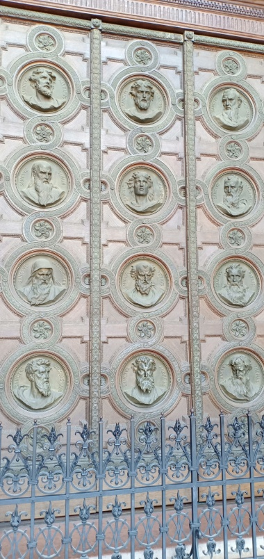 Pintu tembaga yang berukiran ke dua belas rasul
