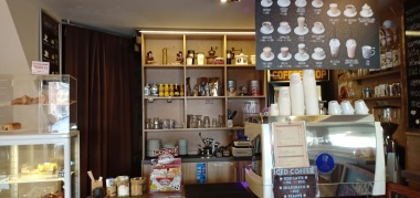 toko kopi di seberang apartemen kami
