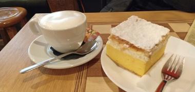 Kremna rezina dan a cup of cappuccino