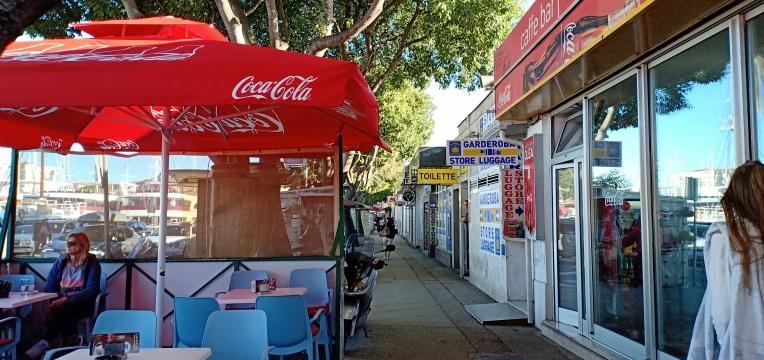 tempat penitipan tas, minimarket dan berbagai kebutuhan turis di dekat terminal Split