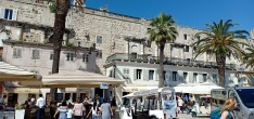 Tembok istana Diocletian, perhatikan facade romawi yang dulunya merupakan jendela istana