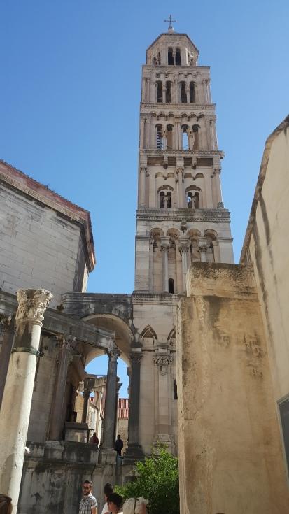 Katedral St Domnius di sebelah kiri dan Menara Lonceng