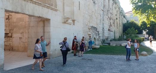 Prajurit Romawi di tembok istana