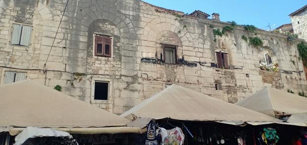 Tembok Istana yang dimanfaatkan sebagai tempat tinggal