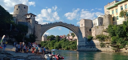 Pemandangan Stari Most dari Sungai Neretva